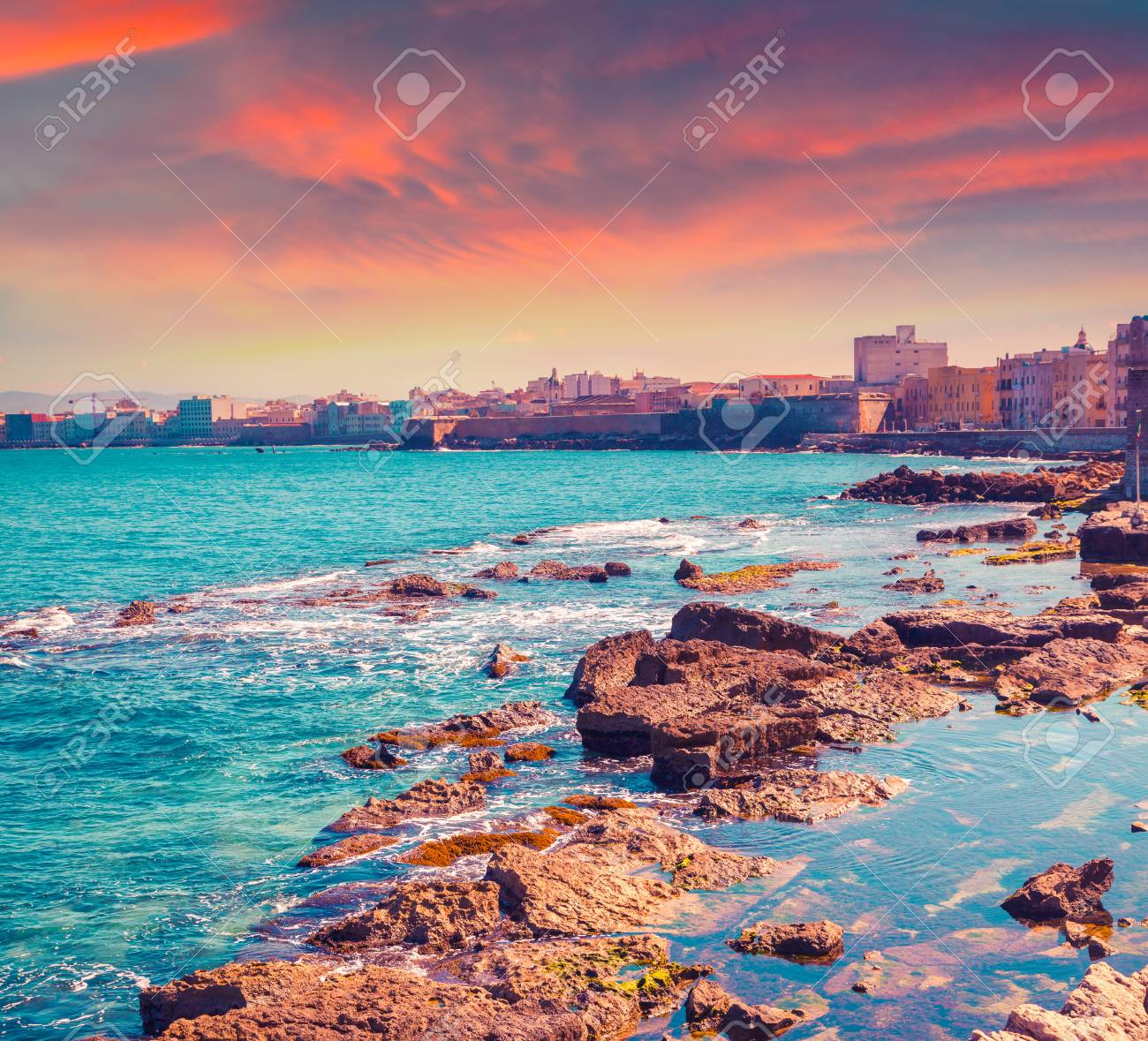 Bunter Sommer Sonnenaufgang über Die Gemeinde Trapany. Sizilien ...