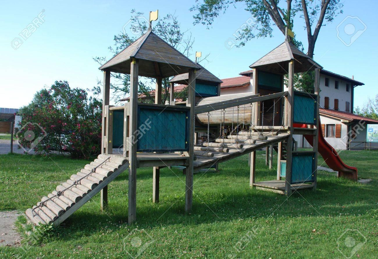 Klettergerüst English : Eine hölzerne klettergerüst für kinder im freien befindet sich in