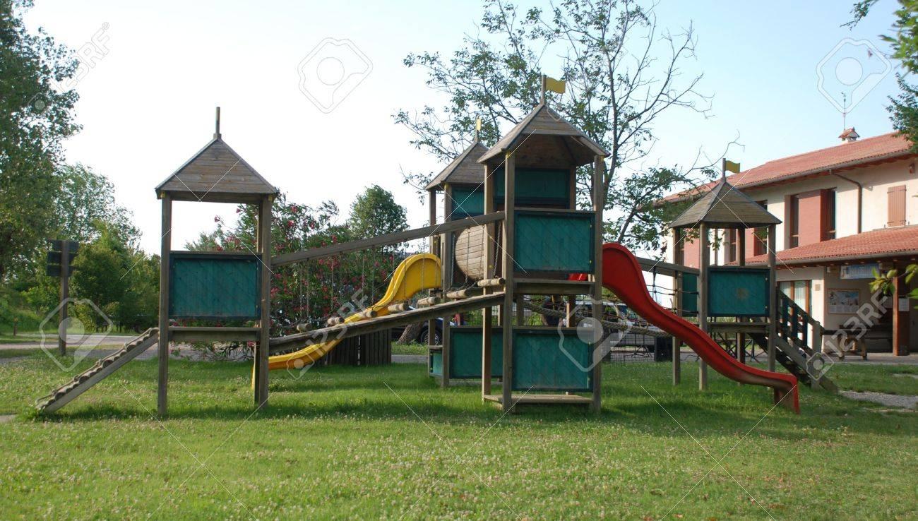 Una De Madera Para Niños De Escalada Al Aire Libre Situado En El ...