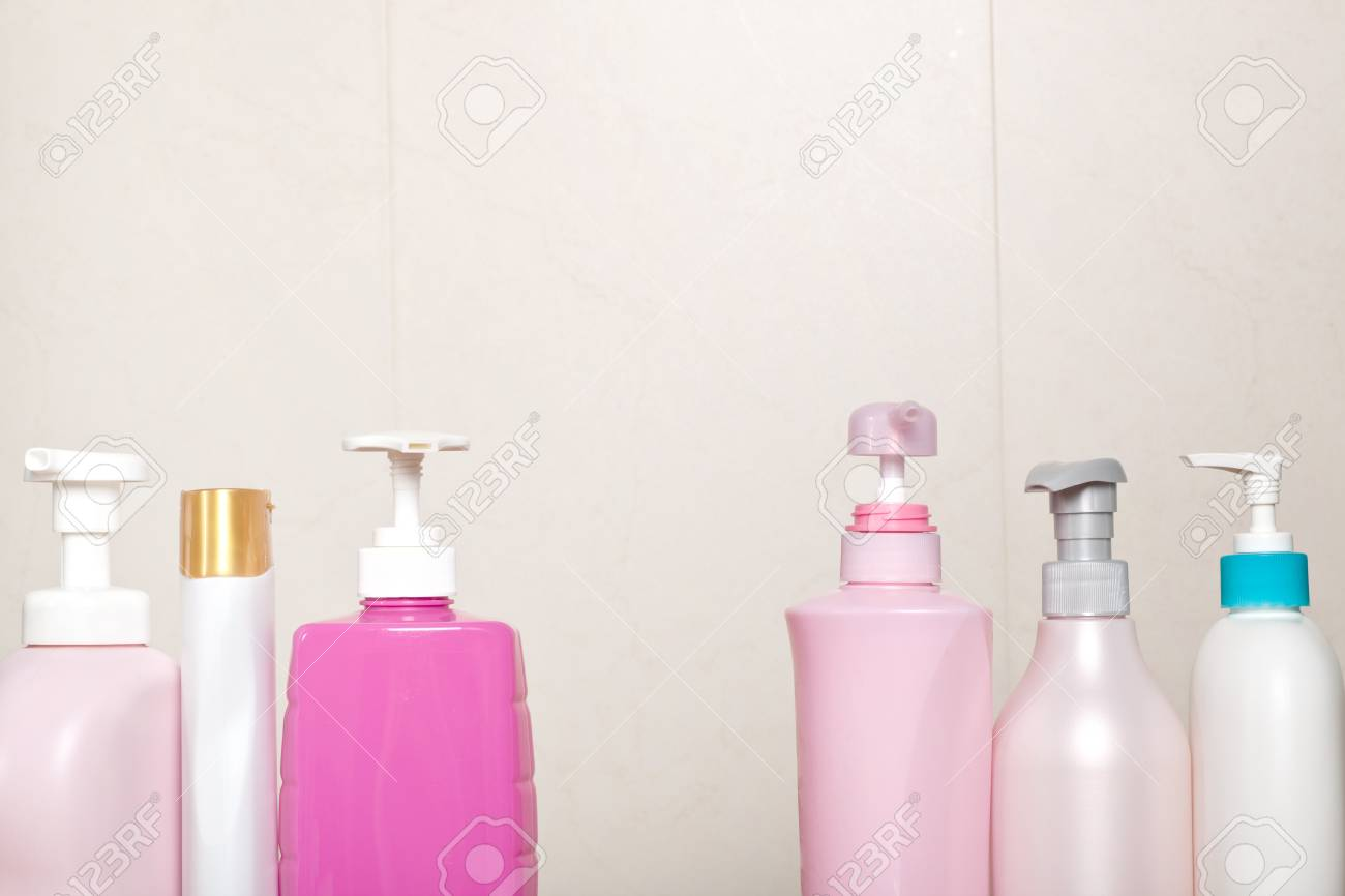Toilette Da Bagno : Diversi tipi di bottiglie da toilette in una stanza da bagno foto