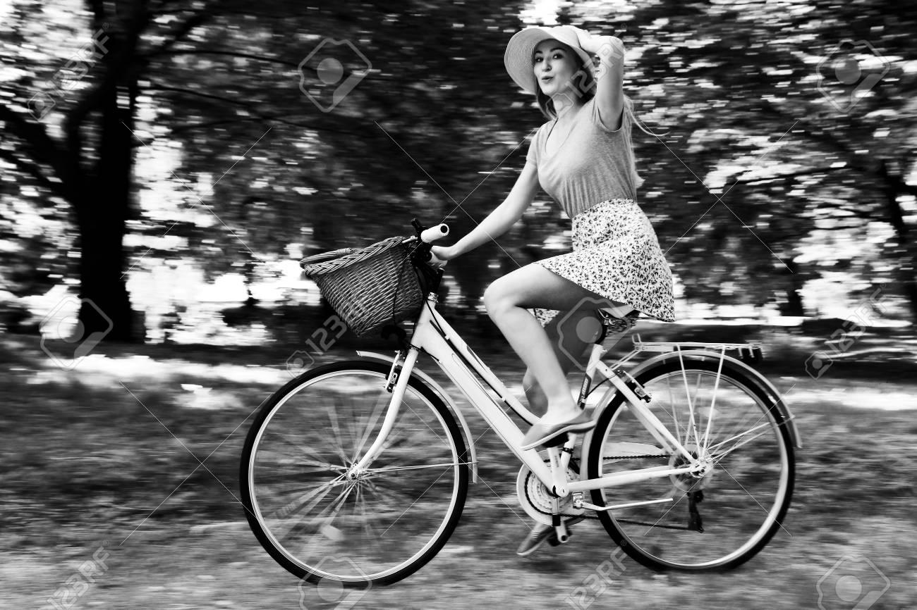 Risultati immagini per ragazza in bicicletta