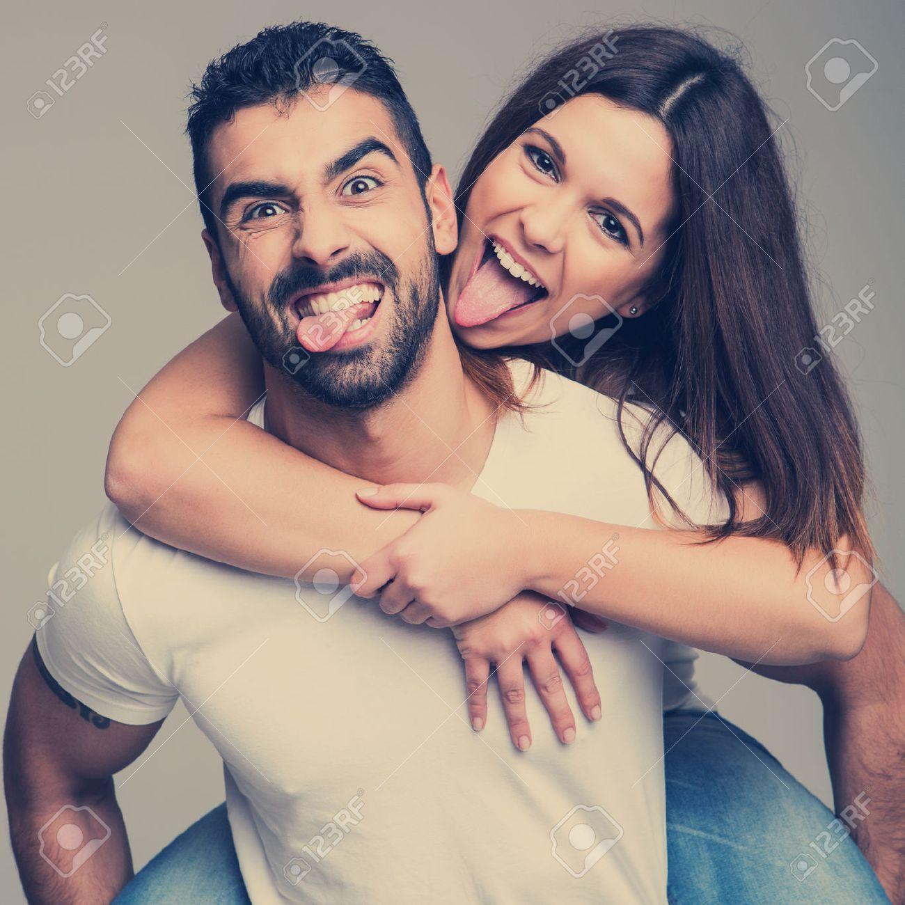 Portrait D Un Couple D Amour Drole S Embrassent Banque D Images Et Photos Libres De Droits Image 29222008