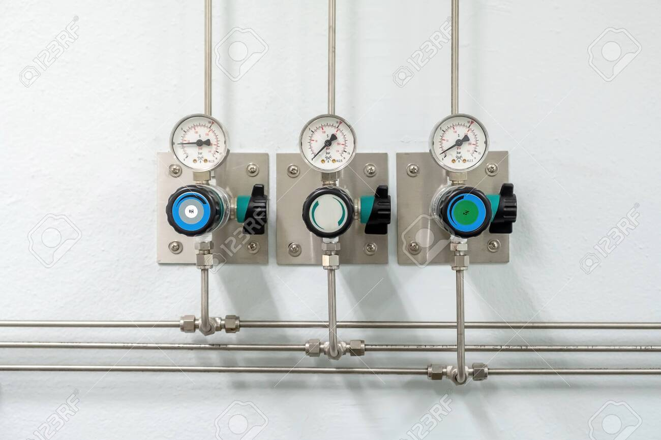 Valves of nitrogen, Helium, Oxygen ( Air Zero) pipes and Gas Pressure Meter with Regulator for monitoring measure pressure production process in Chemistry Laboratory room - 125365667
