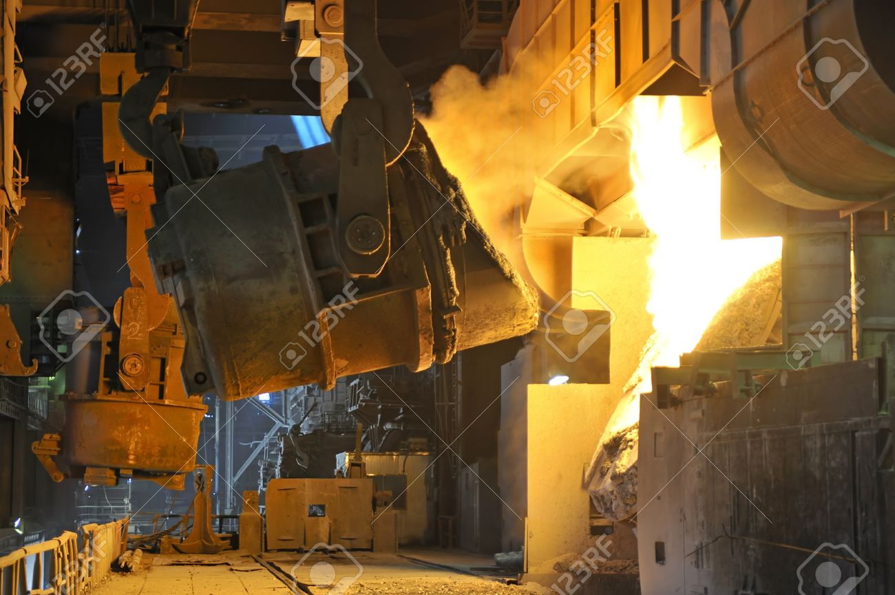 Molten hot metal pouring Stock Photo - 20778122