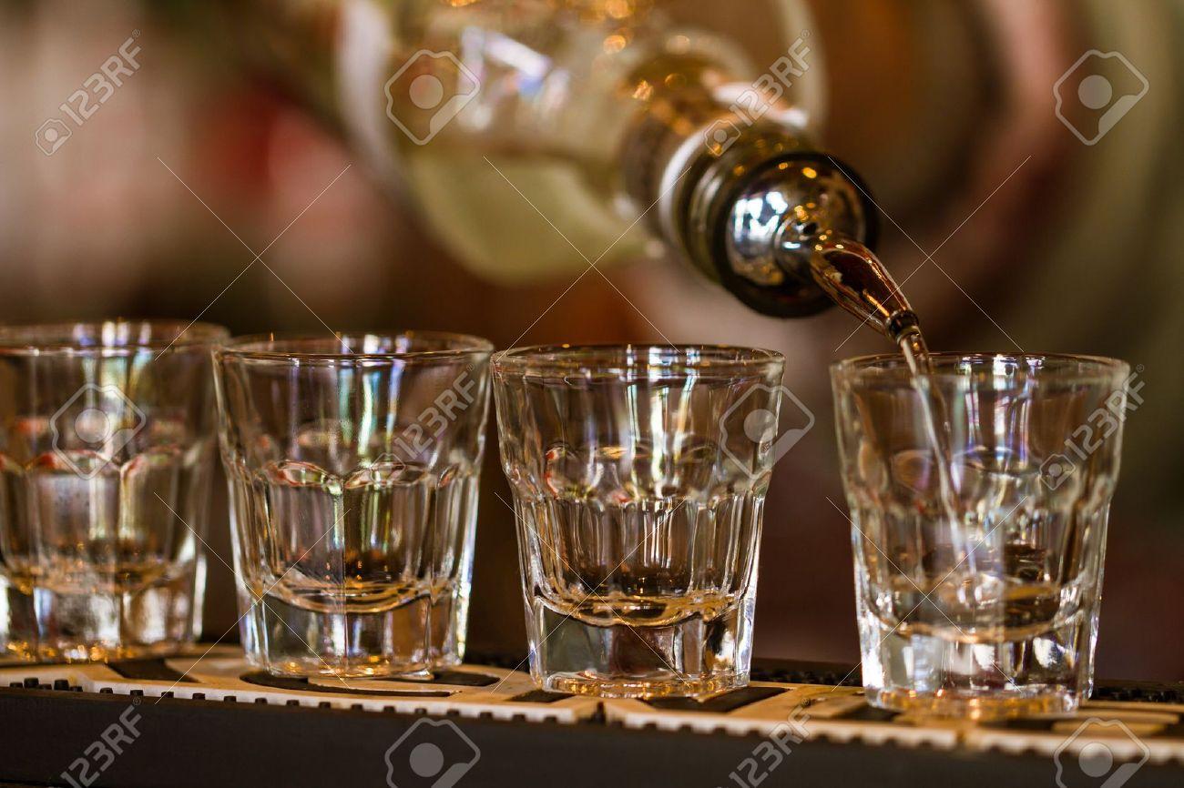 https://previews.123rf.com/images/jordanrusev/jordanrusev1304/jordanrusev130400001/19055173-Barman-make-alcoholic-shots-in-nightclub-Stock-Photo.jpg