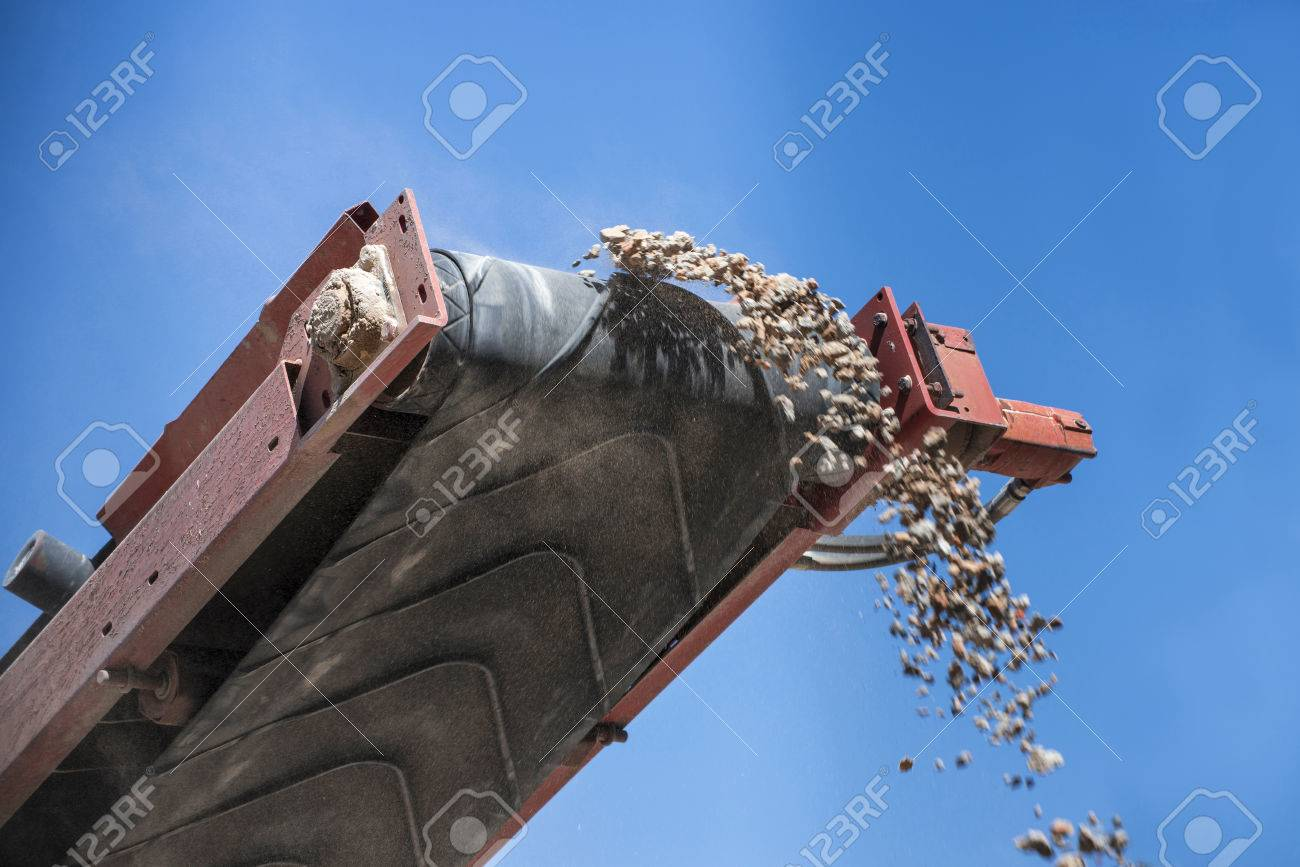closeup conveyor belt carrying gravel - 32337012