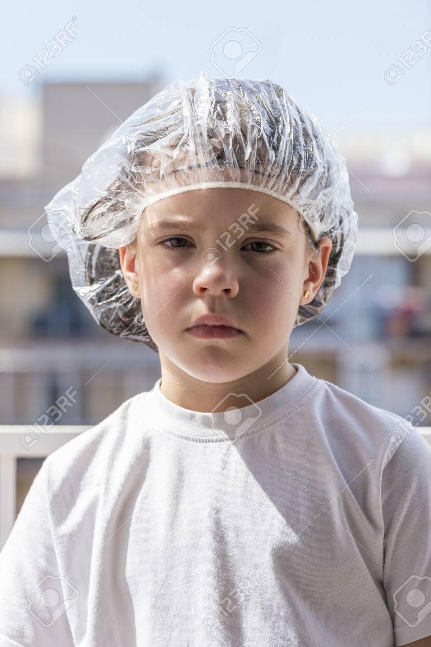 Little girl in a bathing cap following a antilice treatment - 39639963