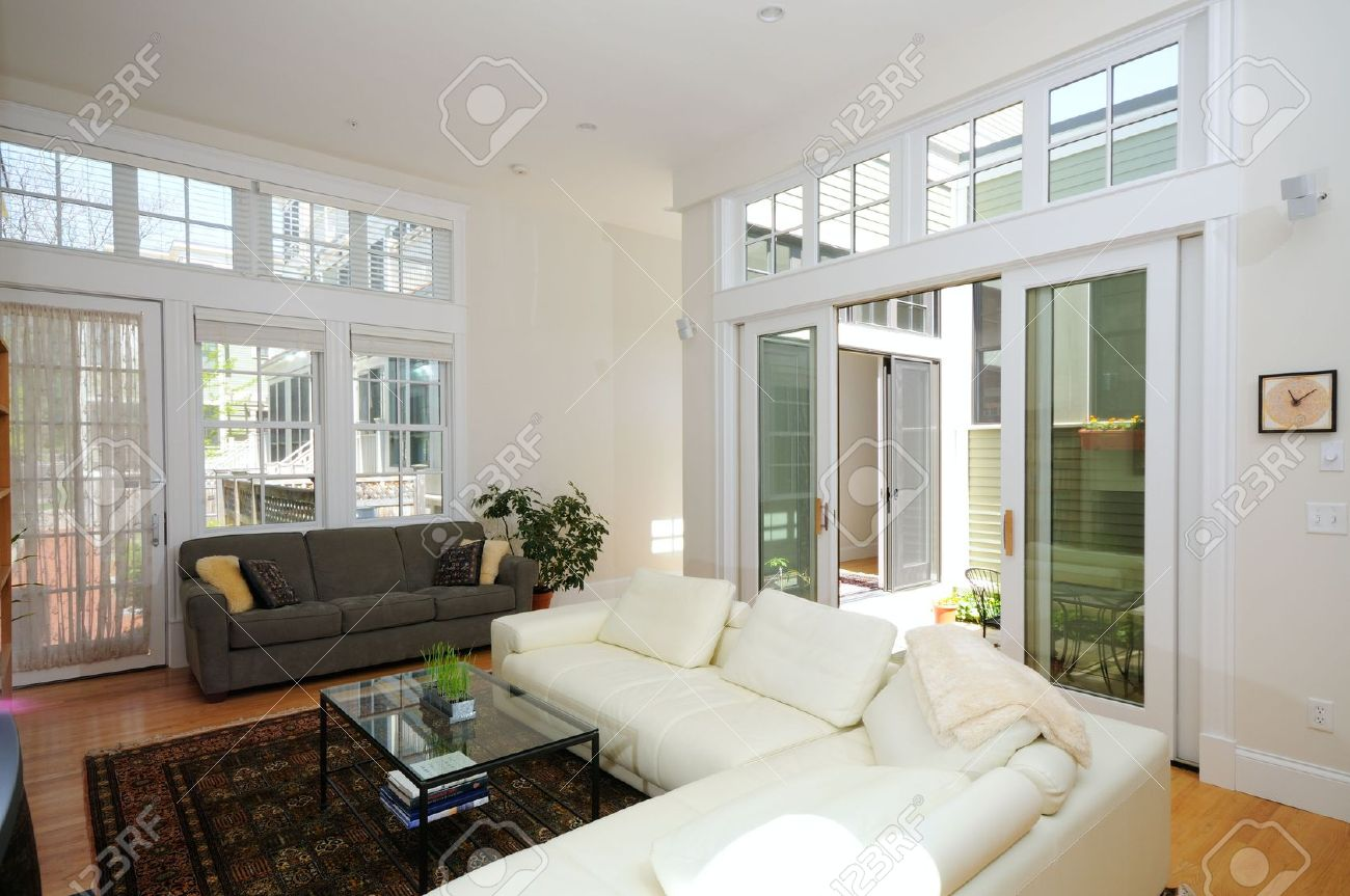 Intérieur maison moderne. Salon de plan ouvert et atrium.