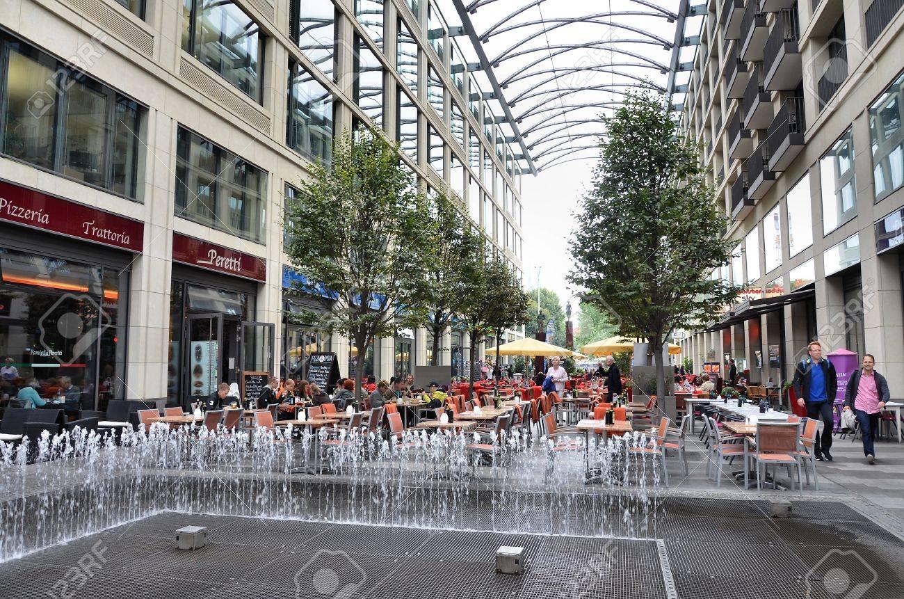 Moderno Centro Commerciale Con Terrazze Nella Città Di Berlino Foto ...