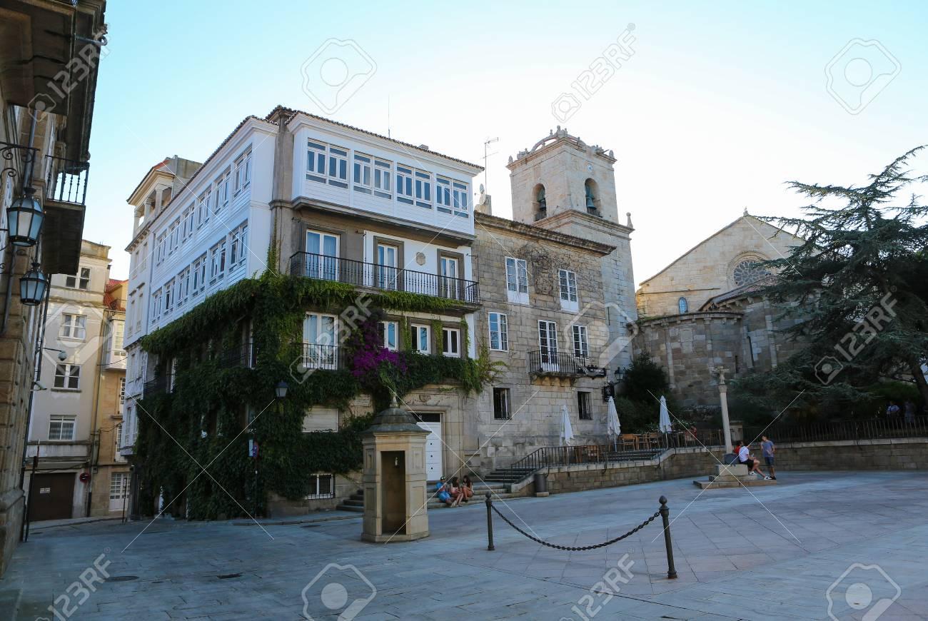 Mostra sulla famosa architettura con balconi in vetro vicino a