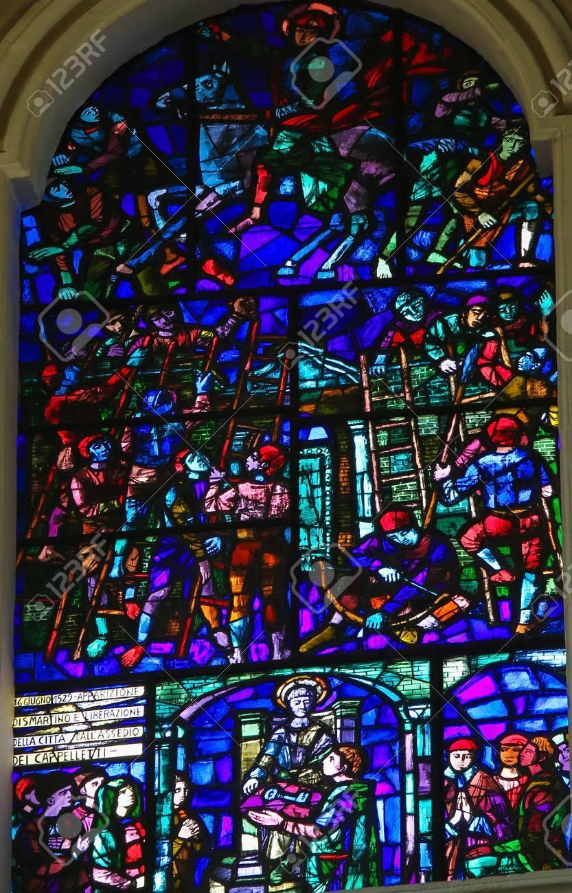 Ant Martina Franca martina franca, italie - 15 mars 2015: vitrail représentant l'aspect  mythique de saint martin de tours en 1529, dans la basilique de san martino  à