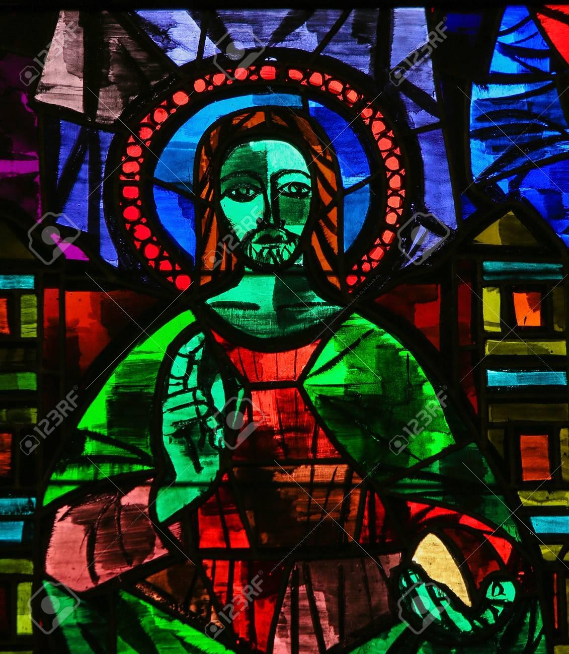 Ant Martina Franca martina franca, italie - 15 mars 2015: vitrail représentant jésus-christ  donnant une bénédiction dans l'église de martina franca, pouilles, italie.
