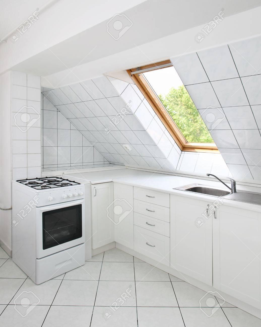 Geflieste Küche Im Dachgeschoss Mit Spüle Und Herd Lizenzfreie Fotos ...