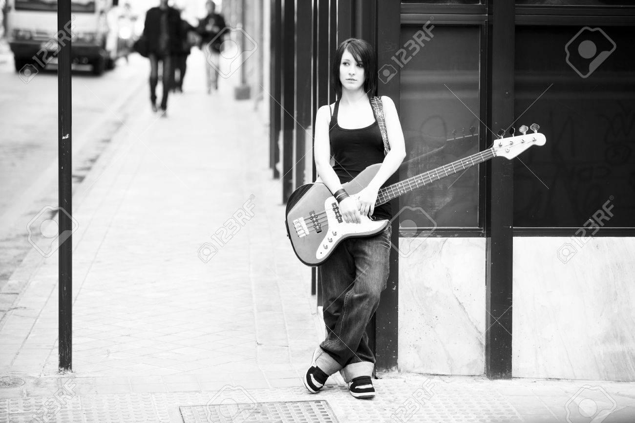 Mujeres-blanco y negro- 7043160-Joven-guitarrista-mujer-hermosa-en-blanco-y-negro-Foto-de-archivo