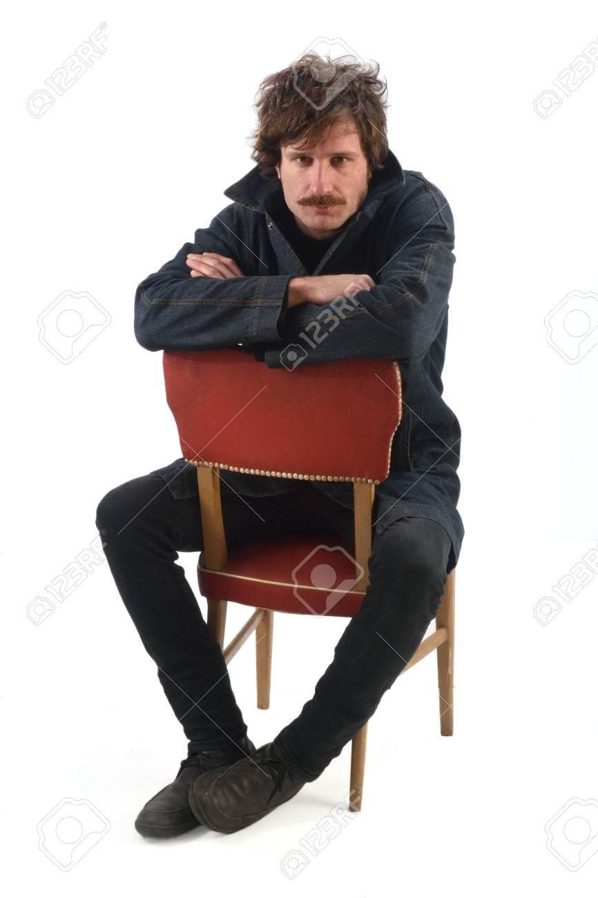 に 男 椅子 座り 続ける