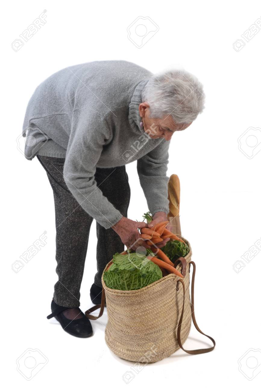 Rieten Mand Kopen.Oude Vrouw Gaat Kopen Met Een Rieten Mand Geisoleerd Op Wit Royalty