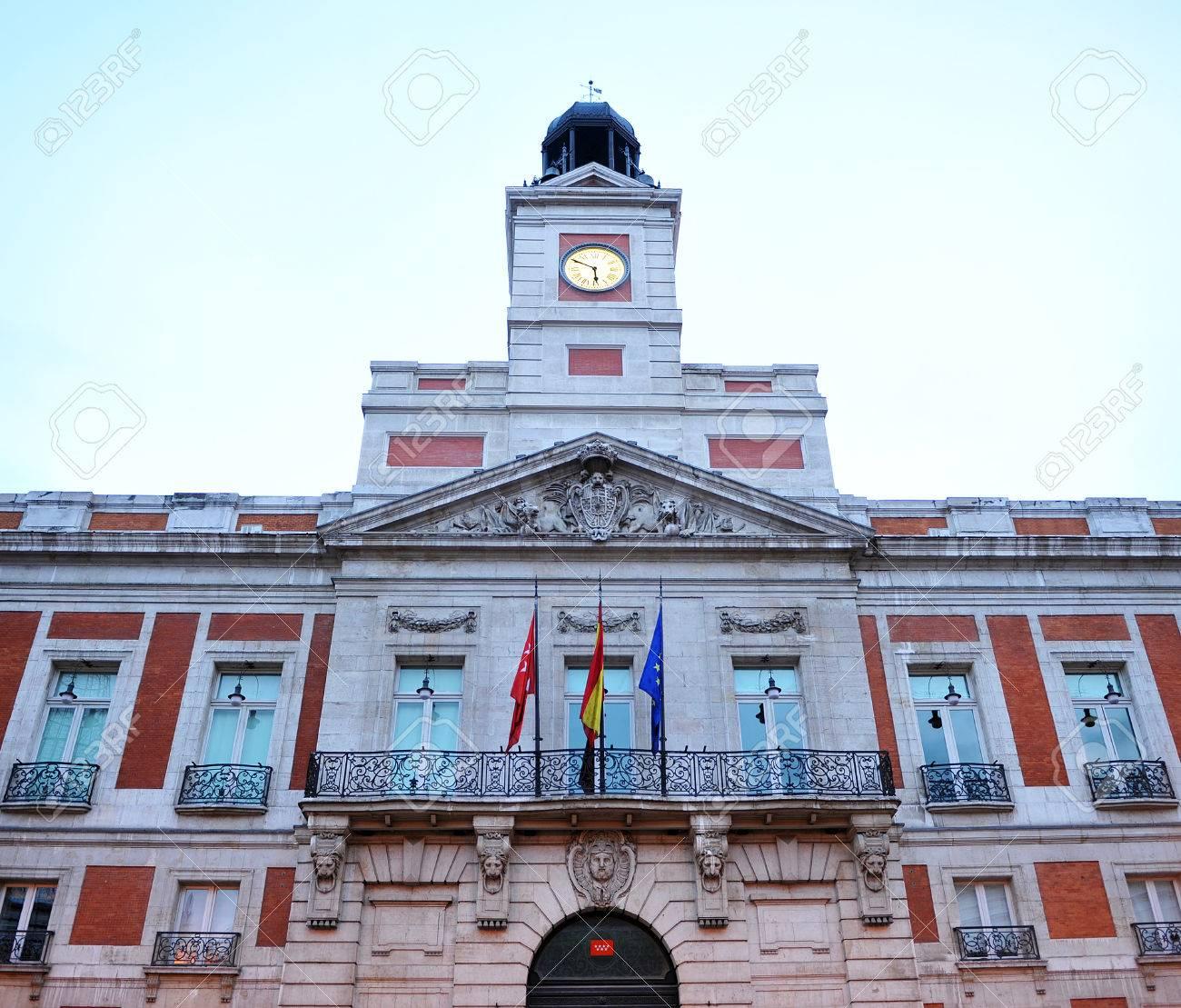 cb6a6f35561e Foto de archivo - Reloj de la Puerta del Sol