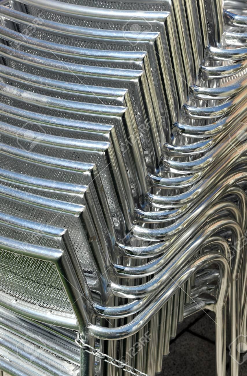 Sillas De Aluminio En La Terraza De Un Bar De Cerca
