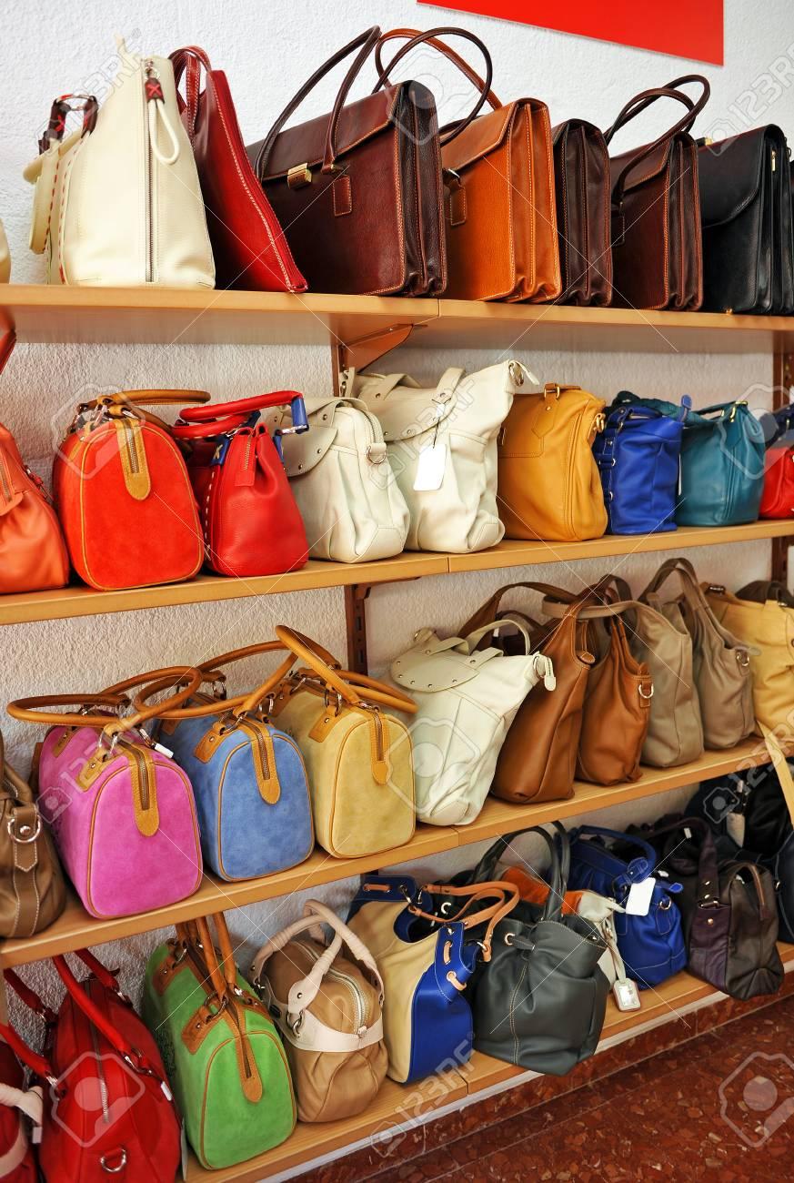 7c3f5b520 Bolsos de cuero en los estantes de una tienda de accesorios, productos de  Ubrique,
