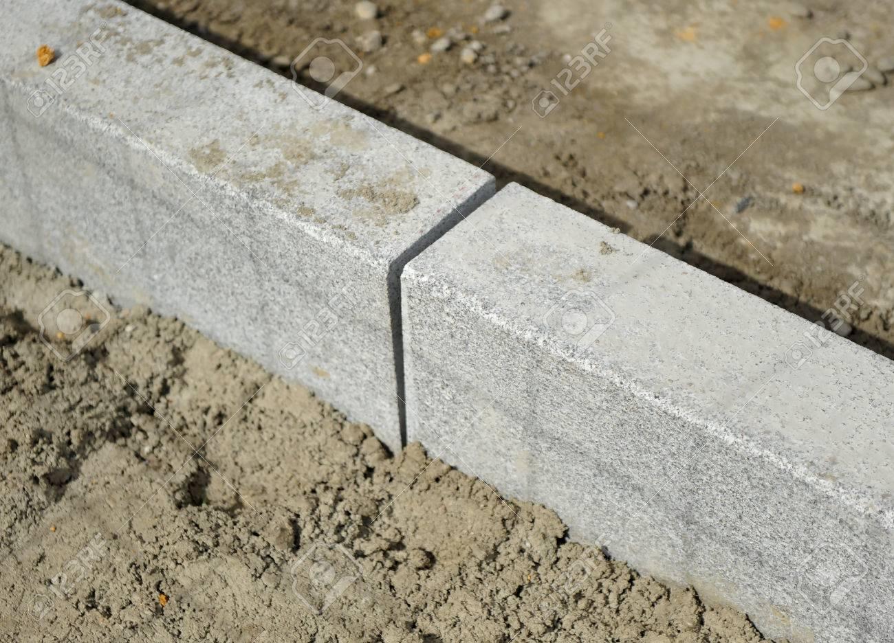 Legen Granit Bordstein Auf Dem Bürgersteig Auf Einer Straße - Granitfliesen legen