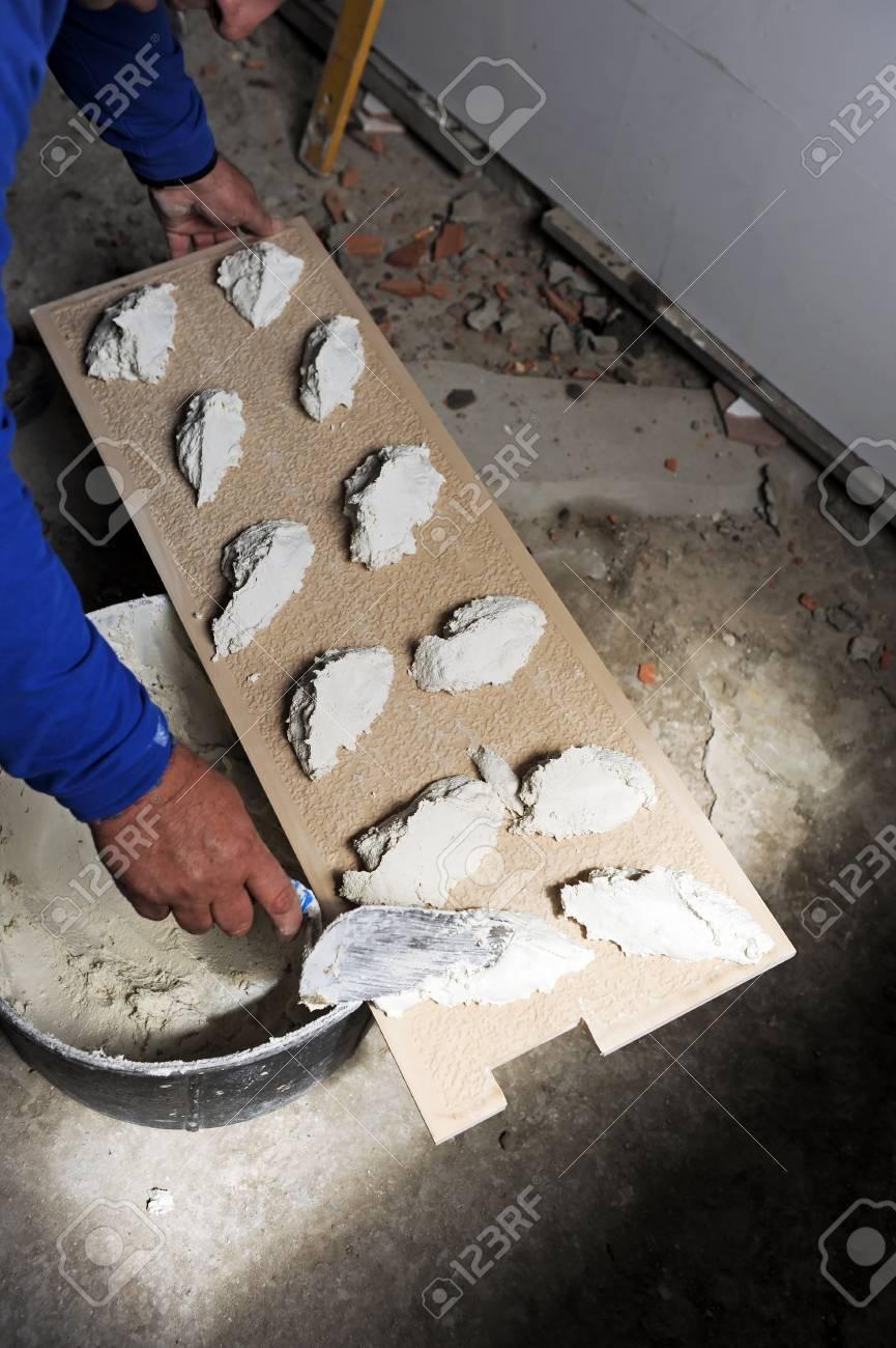 Maurer Kacheln Die Neue Küche Mit Weißen Fliesen Lizenzfreie Fotos - Weiße feinsteinzeugfliesen