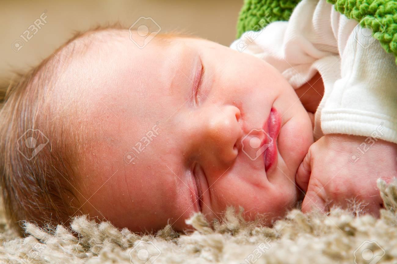 Tappeto Salotto Verde : Un neonato bambino dorme su un tappeto comodo in salotto mentre