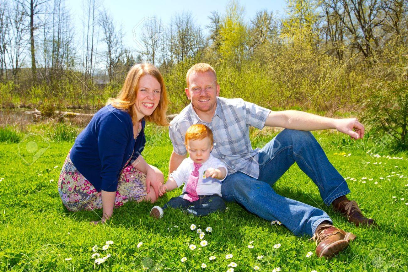 A Mama Y Papa Con Su Nino De Un Ano De Edad Bebe En Un Bonito Parque - Ropa-de-moda-para-bebe-de-un-ao