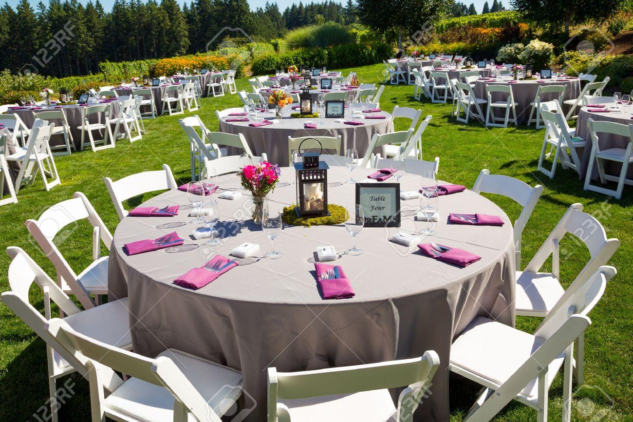 Standard Bild   Tische, Stühle, Einrichtung Und Dekoration Bei Einer  Hochzeitsfeier In Einem Outdoor Veranstaltungsort Weinberg Weingut In  Oregon.