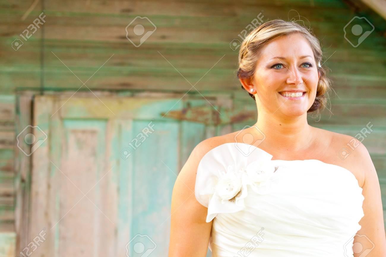 Eine Atemberaubende Schöne Braut Am Tag Ihrer Hochzeit Trägt Ein ...