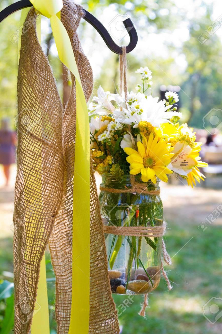 Flores De Color Amarillo Y Blanco Para Crear Un Hermoso Arreglo Floral En Este Lugar De La Boda País