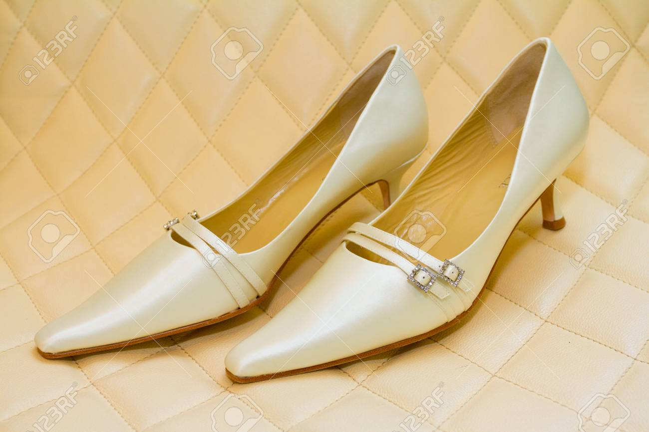 Weisse Hochzeitsschuhe Die Von Der Braut An Ihrem Zeremonie Tag