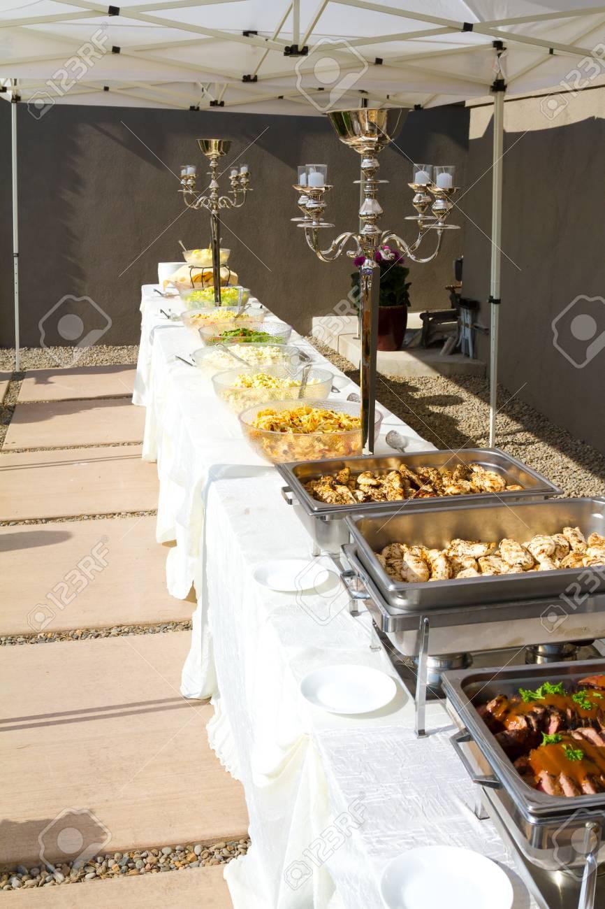 alimentaire de réception à un buffet de mariage à l'extérieur sous