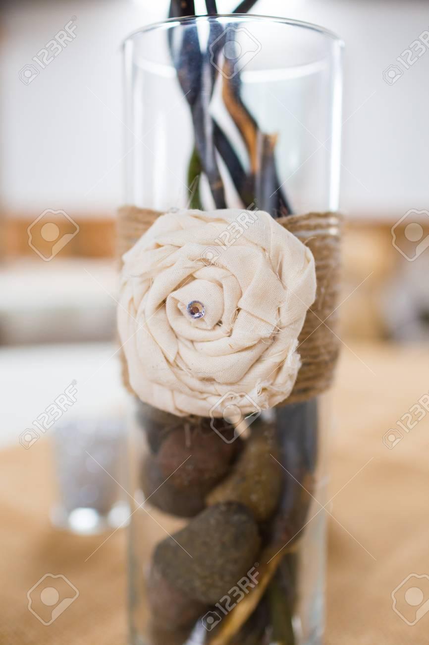 Herzstück Auf Einem Tisch Auf Einer Hochzeit Mit Sackleinen Land Dekor.  Standard Bild