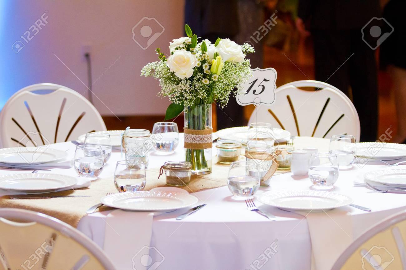 Herzstück Auf Einem Tisch Auf Einer Hochzeit Mit Blumen Und Gedecke.  Standard Bild