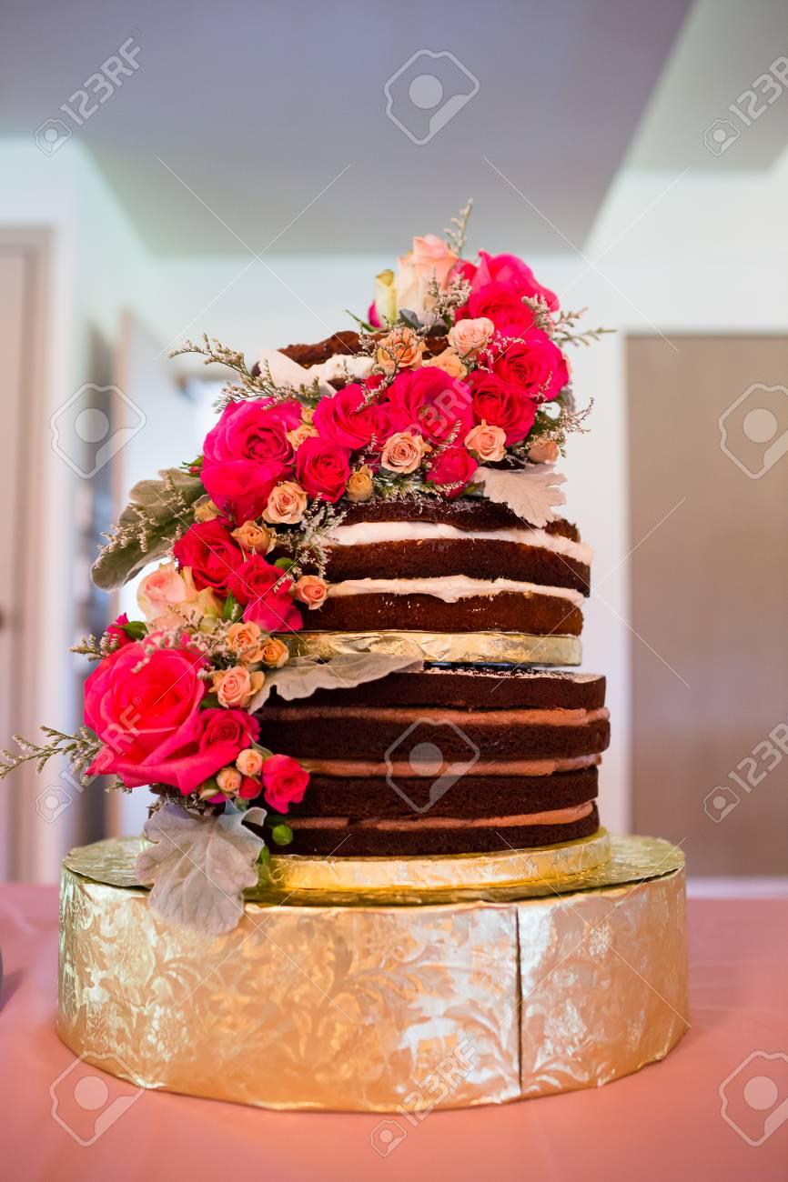 Kundenspezifische Hochzeitstorte An Der Rezeption Mit Rosa Blumen