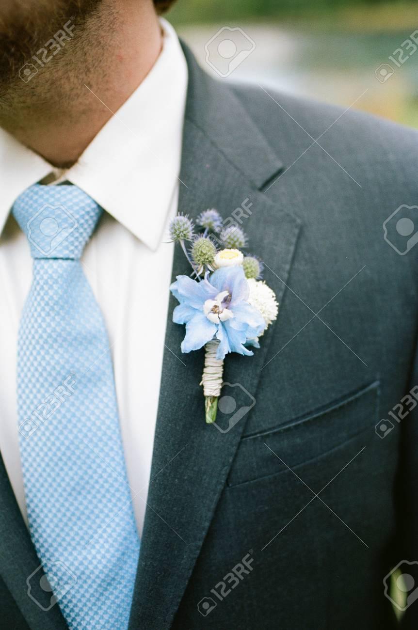 caractéristiques exceptionnelles vraiment à l'aise boutique de sortie Marié wering une cravate bleue le jour de son mariage, tourné sur un film.