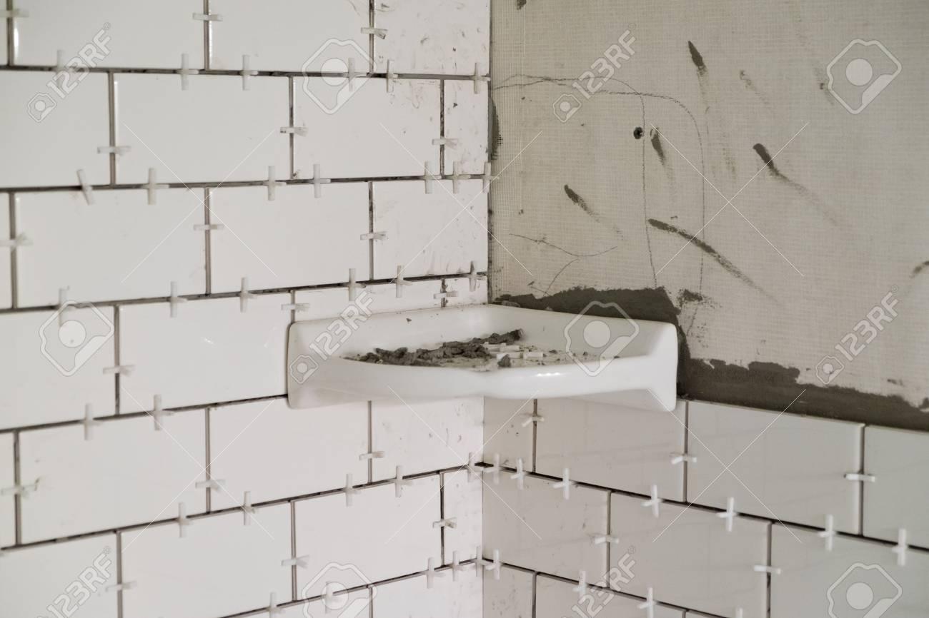 Involucro vasca per una doccia alta con piastrelle bianche della