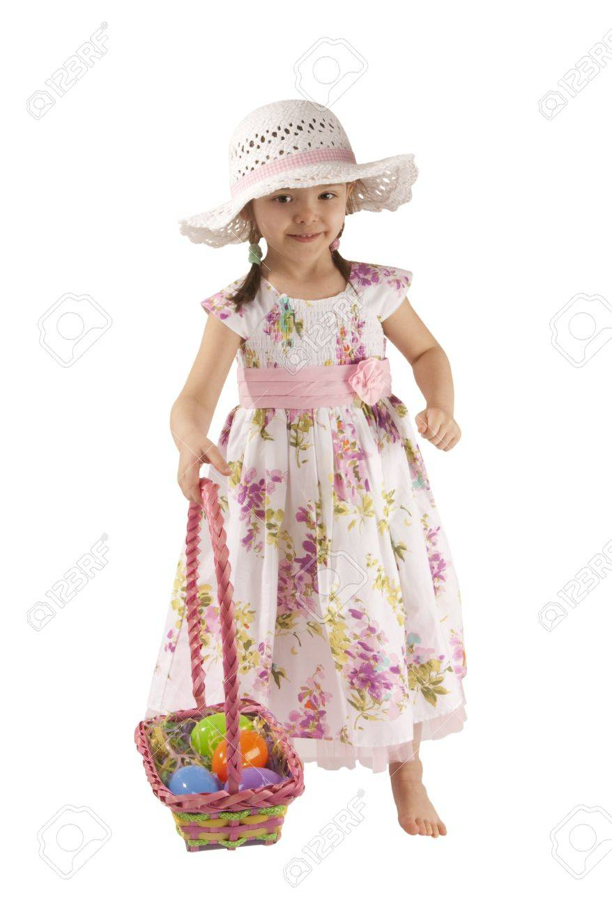 Foto de archivo - Se trata de una niña con un vestido blanco sombrero ans  jugando los huevos de Pascua caza. c710894e6d4