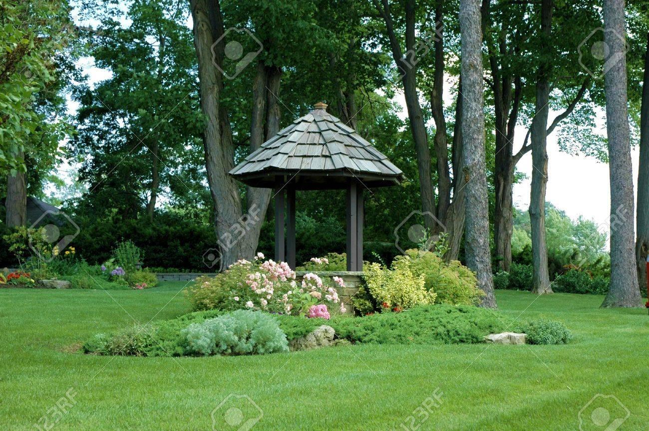 Pretty Garten Gut / Pavillon Mit Leuchtend Grünen Gras Lizenzfreie ...