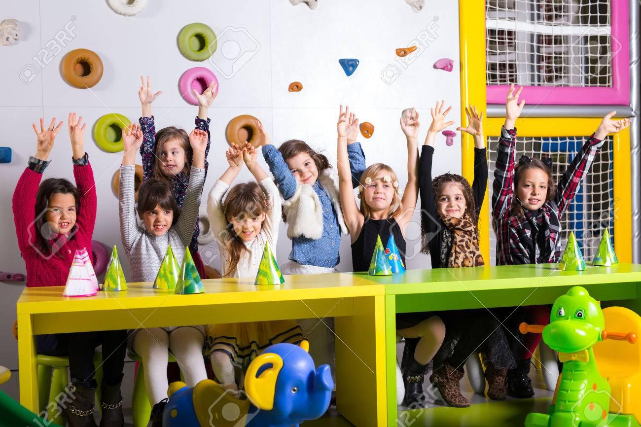 Grupo De Ninos En Edad Preescolar Felices Bailando En Sala De Juegos