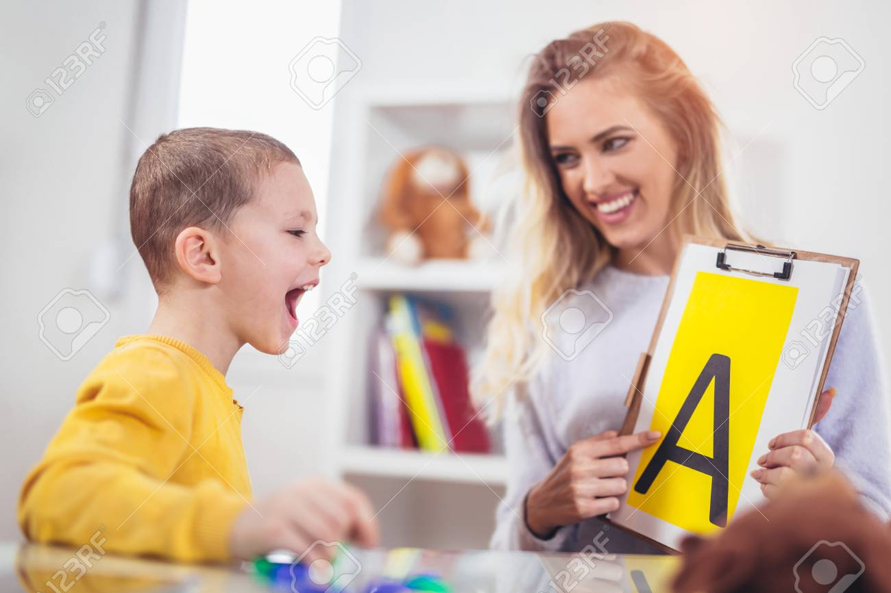 Speech therapist teaches the boys to say the letter A - 96448114