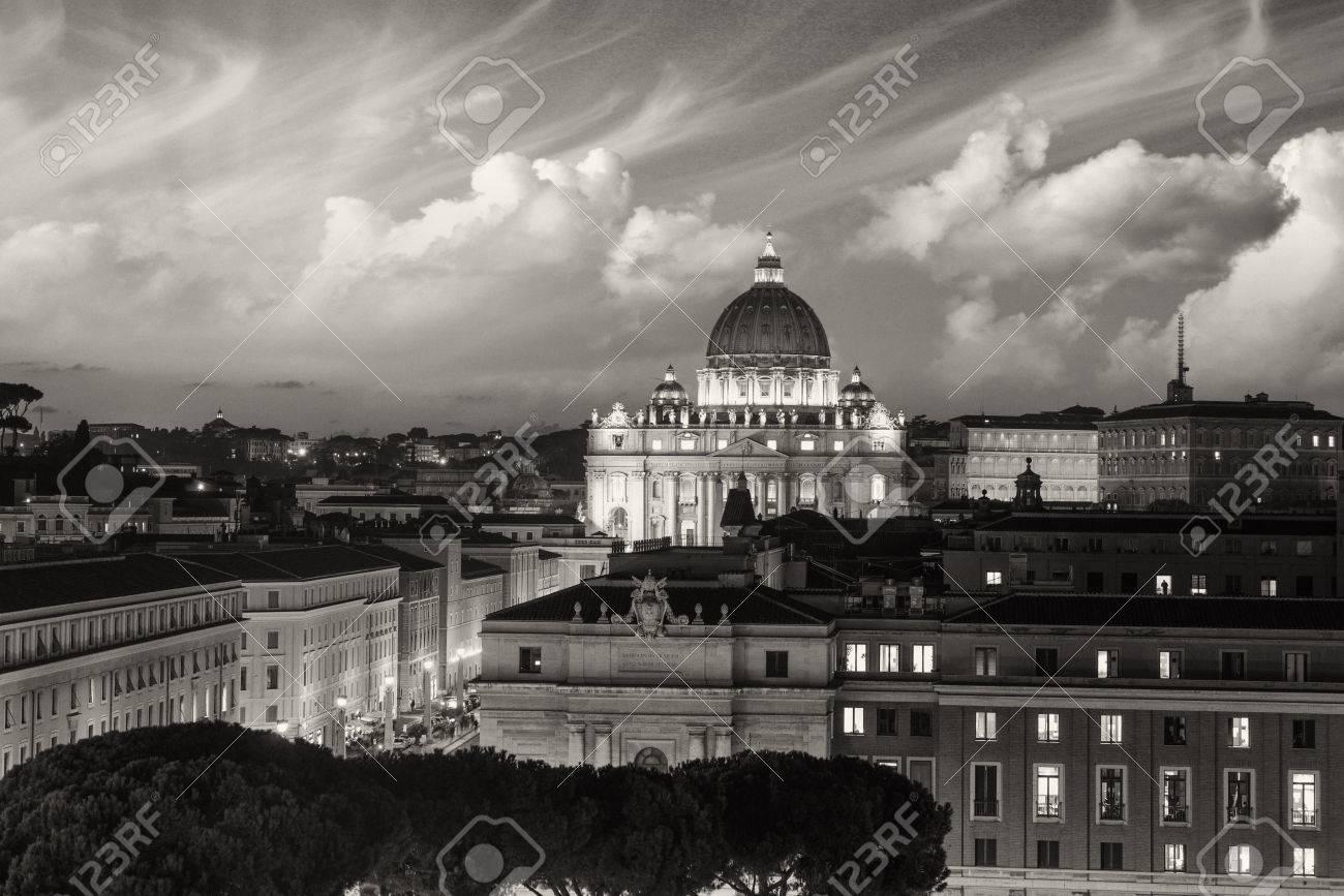 写真素材 , 背景 , 夕日のバチカンのサン ・ ピエトロ大聖堂のドームを持つローマの建物。