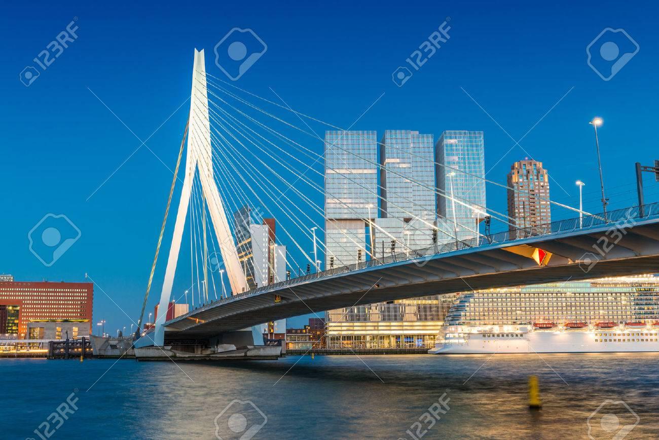 Rotterdam skyline de Pont Erasmus. Banque d'images - 39868714