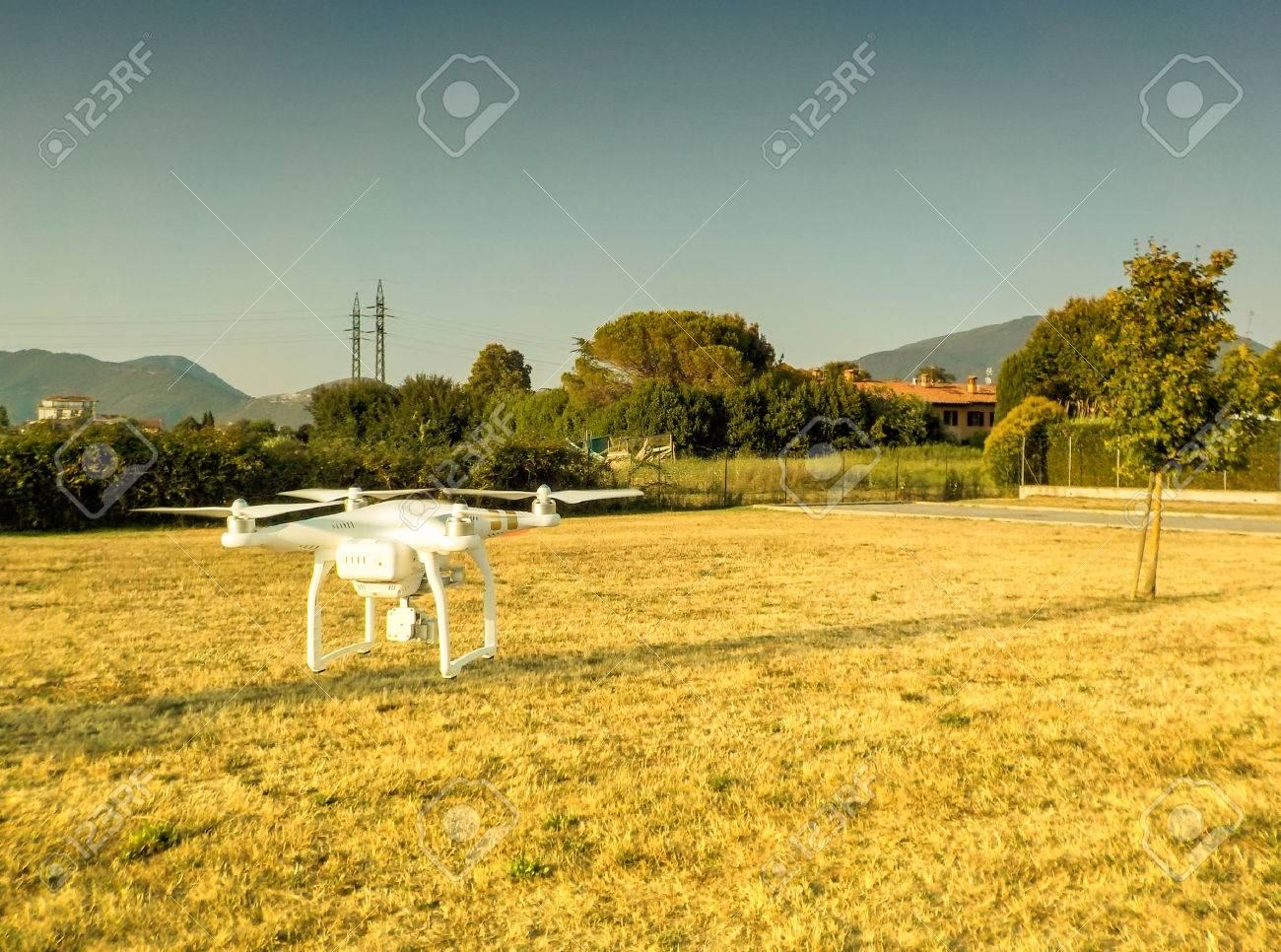 Drone planant sur la campagne paysage. Banque d'images - 43089784