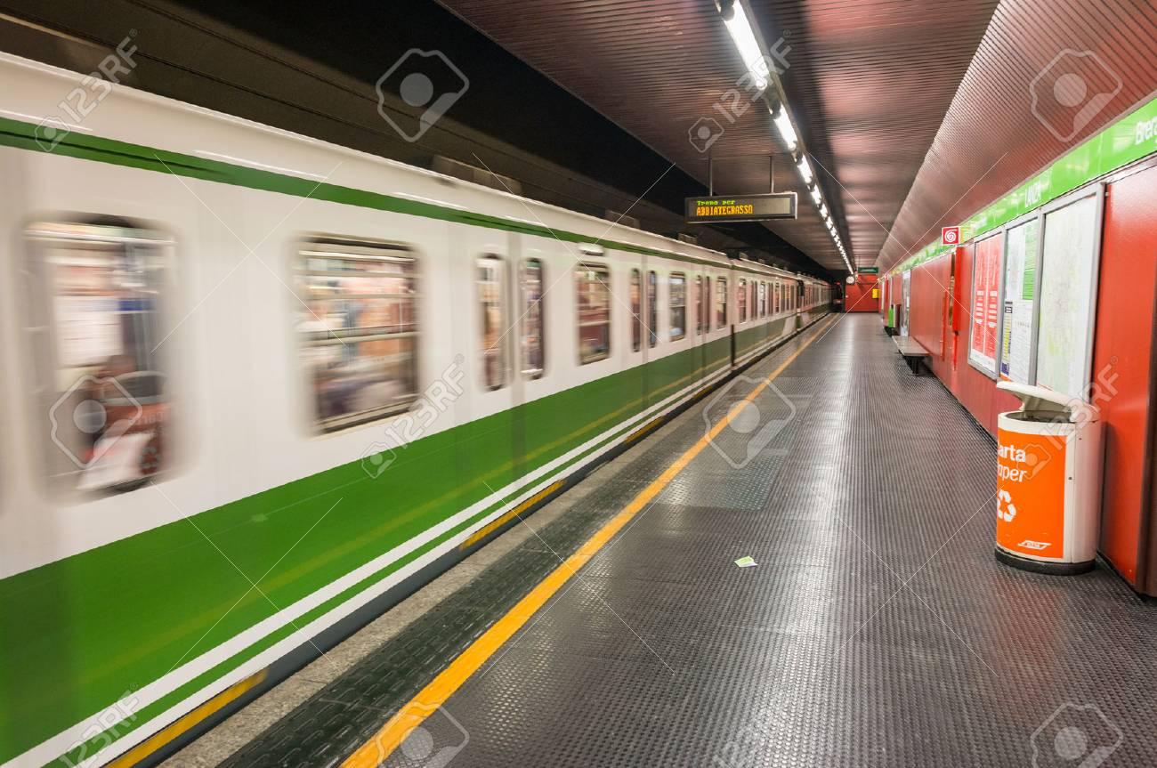 Milan 25 De Septiembre 2015 Interior De La Estación De Metro De La Ciudad La Red Consta De 4 Líneas Con Una Longitud Total De La Red De 92 Kilómetros Fotos