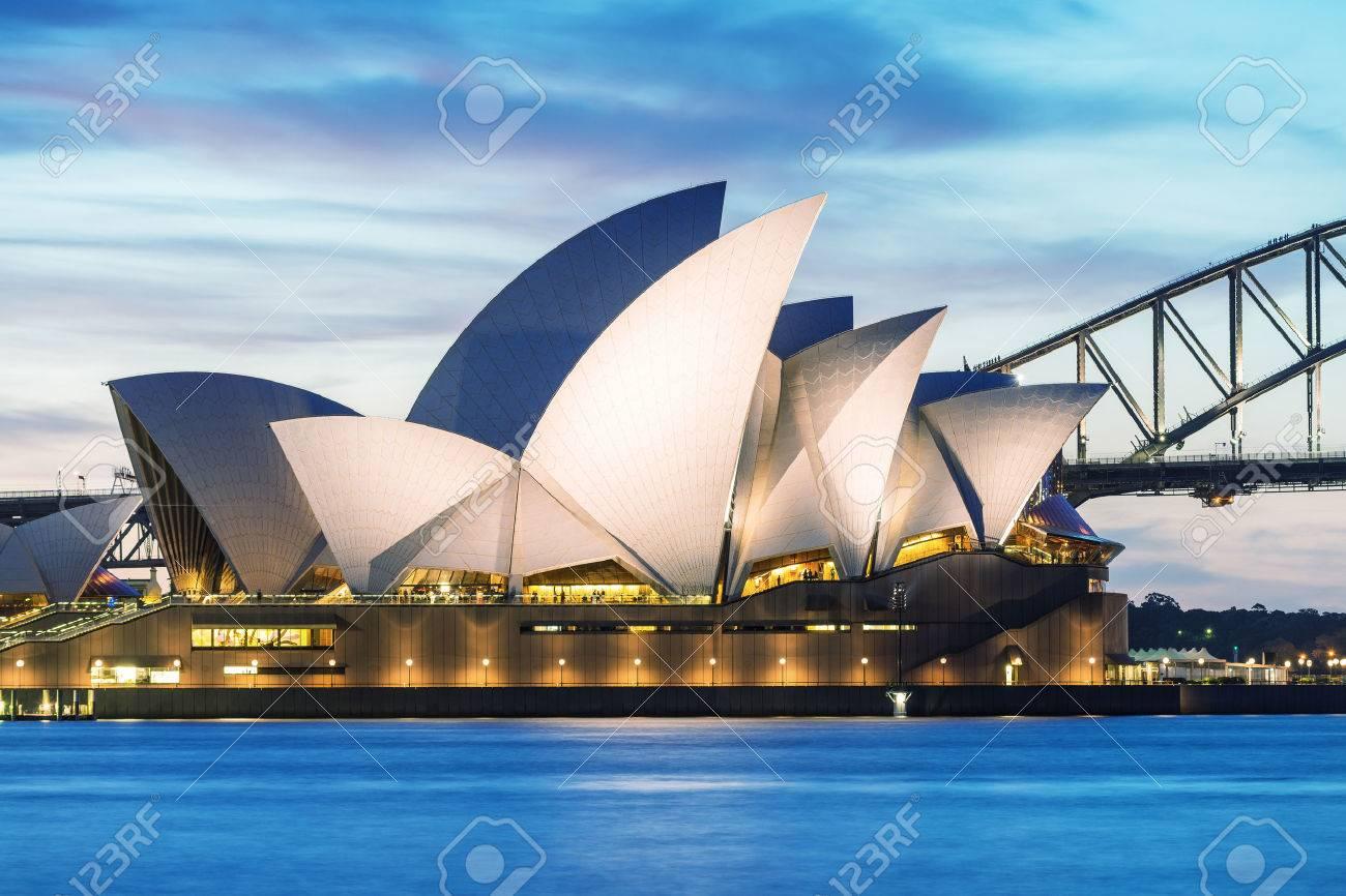 SYDNEY - 12 octobre 2015: Le Iconic Sydney Opera House est un multi-lieu centre des arts contenant aussi des bars et restaurants en plein air. Banque d'images - 48688012