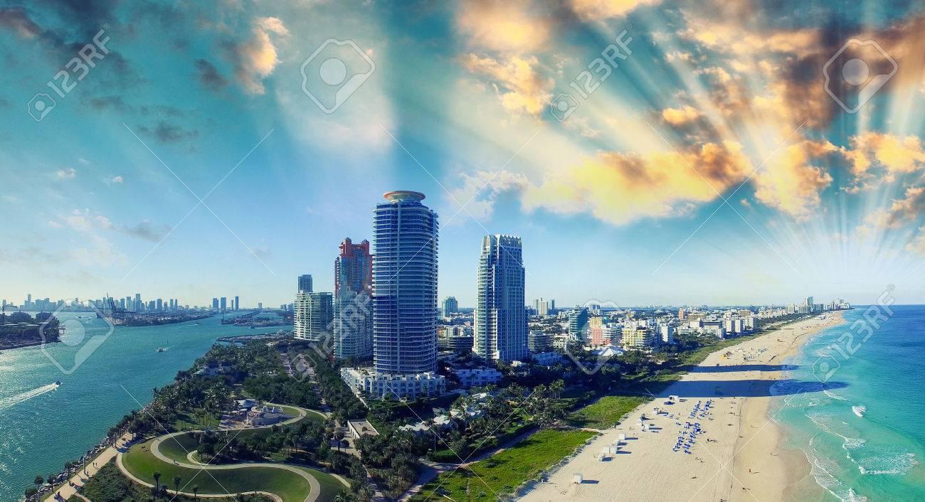 South Pointe Park et Côte - Vue aérienne de Miami Beach, en Floride. Banque d'images - 53369998