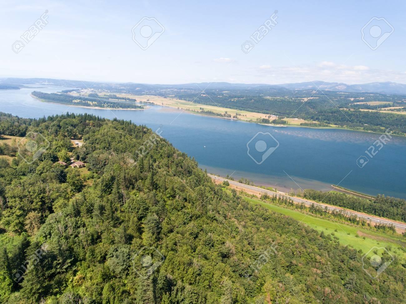 オレゴン州コロンビア川の空撮。...