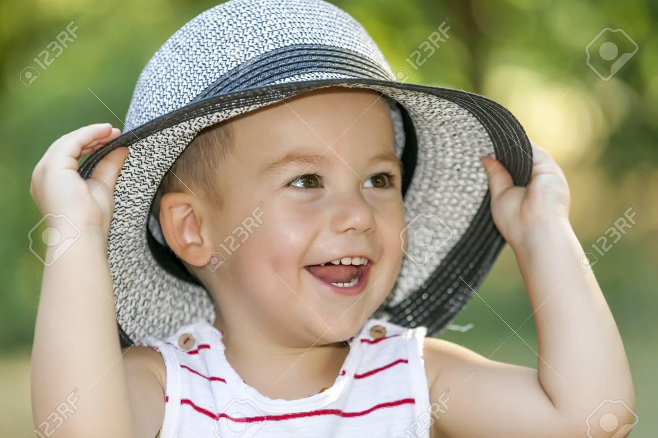 Archivio Fotografico - Chiuda sul ritratto di un piccolo neonato sorridente  dolce con un cappello. Il sorriso più felice e più bello del bambino 04184c02bcef