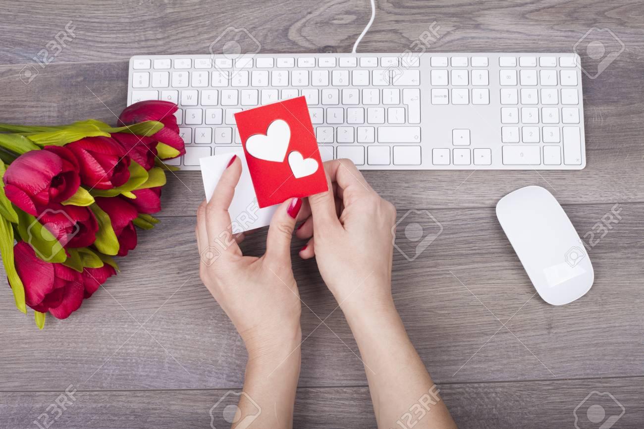 Gros plan de mains féminines tenant carte de voeux d amour sur le